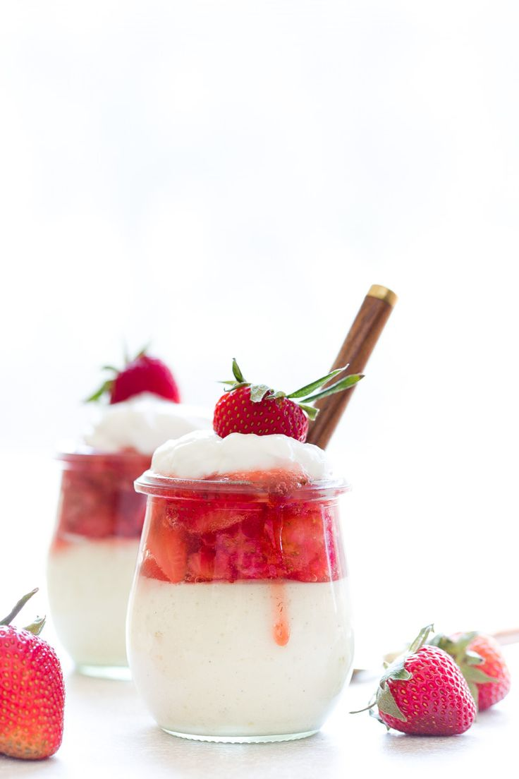 Greek Yogurt Cheesecake in Jars: Greek jogurt with egg, vanilla extract, cornstarch + sliced strawberies sauce