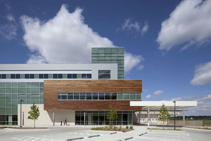 The new Bellevue Medical Center is modeled on a hospitality environment. It is warm and welcoming, incorporating a modern vocabulary comprising vernacular re...