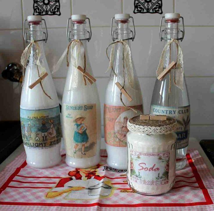 Zelfgemaakt wasmiddel in glazen flessen.