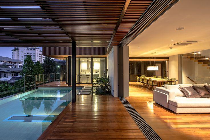 Construído na 2014 na Bangkok, Tailândia. Imagens do Krisada Boonchaleow, Chanin Limapornvanich. A casa de três pavimentos, para uma família de quatro pessoas, tem uma área de 250 m² e uma altura de 11 metros. Está situada na esquina de uma das...