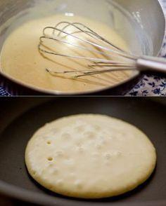 1/2 xícara de leite com 1 ovo. Vá adicionando aos poucos 1 xícara de farinha de trigo e misturando bem com um fouet. Adicione 2 colheres (chá) de fermento em pó, 1/2 colher (chá) de sal, 2 colheres (sopa) de açúcar, 1 colher (chá) de óleo e 1 colher (chá) de essência de baunilha. Mexa tudo bem direitinho! Aqueça uma frigideira anti-aderente (não precisa colocar óleo, nem nada) e coloque mais ou menos 2 colheres de sopa da massa. Não mexa, nem espalhe a massa.