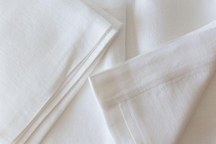 El lino es la fibra natural que mejor respeta la temperatura natural del cuerpo, aportando frescura y suavidad. La ropa de cama en lino natural es la mejor manera de conservar la frescura durante las noches de verano. Además, su composición es natural evita las reacciones alérgicas y permite que la piel transpire con naturalidad.   Composición: 100% lino Cuidados: lavable a máquina  Disponible para camas de matrimonio de 150-160 cm – 220×240 cm Cada juego incluye:  - Dos fundas de almohada…