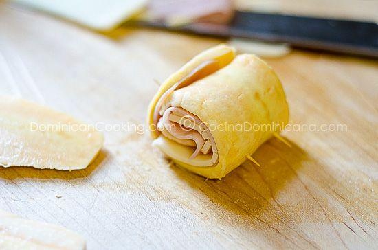 Rollitos de plátano con jamón y queso.