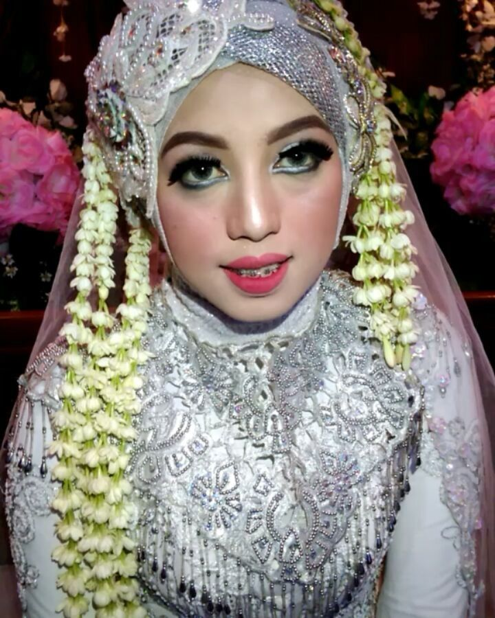 Pengantin hari ini neng geulis @risma._wulandari Make Up @sheolivelita @ichanugeulis  WO @sheolivelita �� #akadnikah  #hijabpengantin  #pengantinhijab  #sukabumi  #merah #red #white #gold #jasmine #melati #sundasiger #riaspengantin http://misstagram.com/ipost/1564327978179236806/?code=BW1nAILlBPG