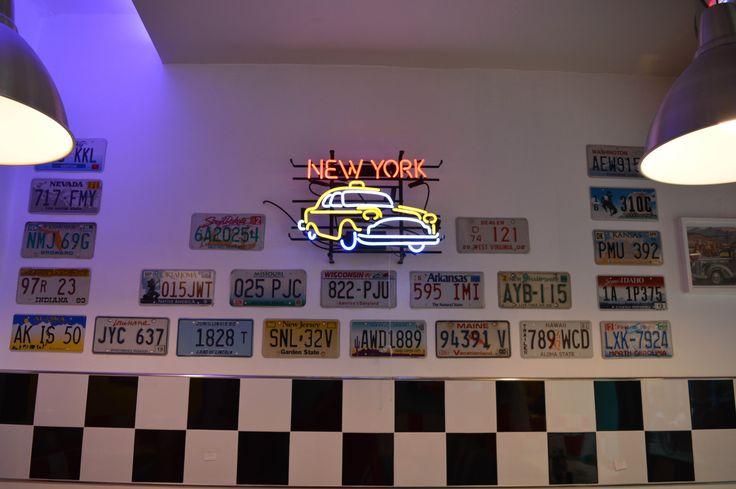 #arredo annni 50  #lusima #arredamento americano anni 50 #arredo vintage #www.americanstylelusima.it #neon decorativo#targhe americane