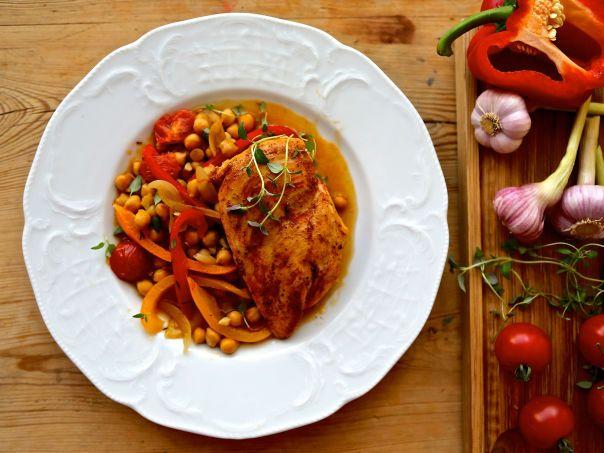 Saftig kyllingform med kikerter, hvitløk og paprika