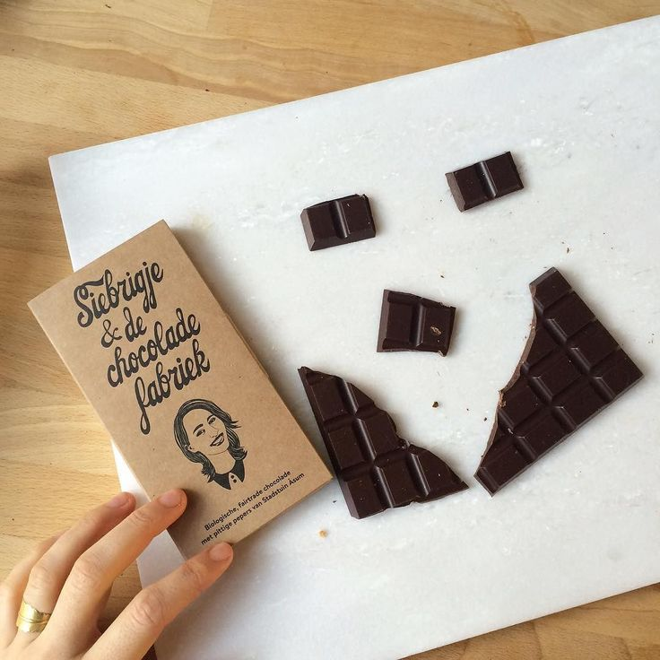 Die grote choco smile van afgelopen vrijdag? Die kwam voort uit een mega gaaf project waar ik samen met PIT Concept&Copy aan gewerkt heb en die we nu eindelijk mogen presenteren. 'Siebrigje & de chocoladefabriek' is een reep met veel PIT en mega lekker al zeg ik het zelf  het hele verhaal lezen?  http://ift.tt/1ZudyFk checken! (En ja het is wel een beetje gek om met je hoofd op een reep te staan! ) #trots #chocolade #relatiegeschenk #pit #fairtrade #pepers #stadstuin #leeuwarden #friesland…