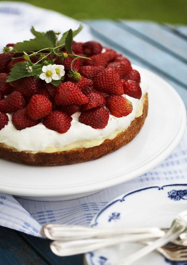 Vi kan ikke få nok af de søde danske jordbær. Her får du opskriften på en jordbærkage, der får syrligt modspil fra lækker, hjemmelavet lemoncurd!