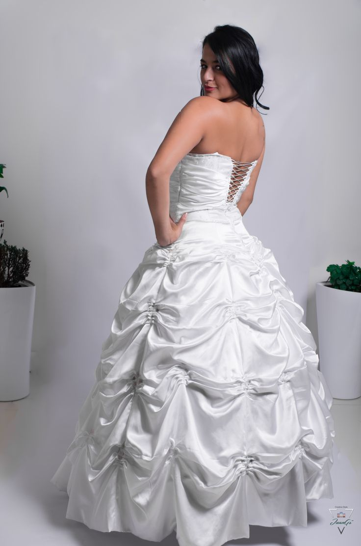Vestido de novia blanco, con corsé, strapless.