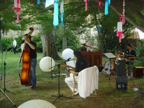 Musicisti sotto alberi secolari al per un allestimento molto ... green #music #wedding #parkreception #reception #musicisti #nozze #allestimentomatrimonio
