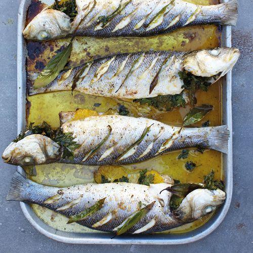 Zeebaars met citroen, sinaasappel en laurier. 1 Verwarm de oven voor op 180 °C. 2 Was de zeebaarzen onder de koude kraan en dep ze droog. 3 Leg in de buikopening wat peterselie, een laurierblad, de plakjes sinaasappel, citroen en knoflook. (bewaar een paar plakjes citroen...