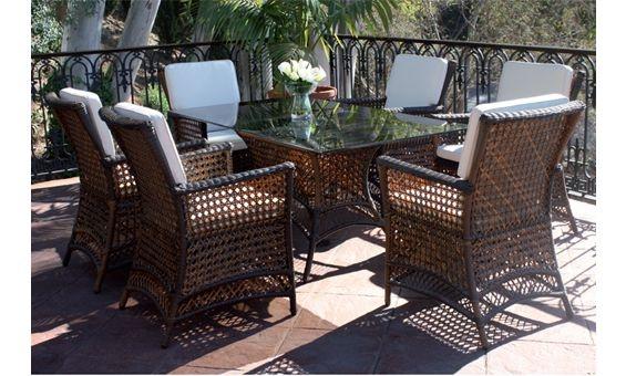 Comedor para jardín de Majestic Garden. Mesa rectangular con tapa de cristal y seis sillones en rattan marrón