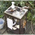 ガーデン用品のお手入れやBBQの後片付けに。棚とフックでツール置き場としても重宝します。お手持ちのホースを蛇口代わりに使用。スポンジホルダーや水切り板付きです。寄せ植えの作業や、調理の準備に便利な、作業台付タイプ。