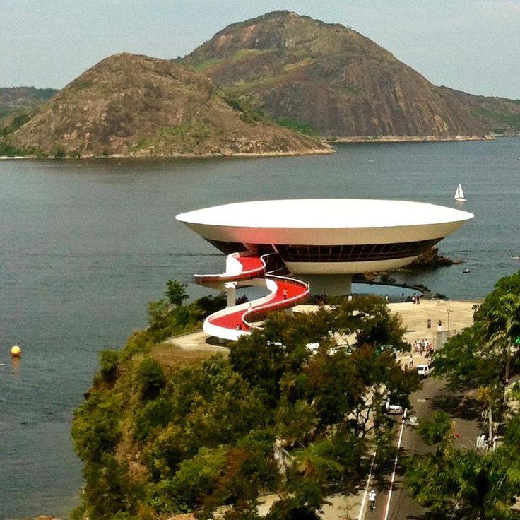 いいね!900件、コメント3件 ― Casa BRUTUSさん(@casabrutus)のInstagramアカウント: 「カーサ創刊時からの建築担当編集CAさんは生まれも育ちも日本ですが、ブラジル、リオデジャネイロにあるオスカー・ニーマイヤーの〈ニテロイ現代美術館〉を目の前にしたときは思わず「…Fabulous!!」の声が漏れたそう。遠景でも、近づいても、…」