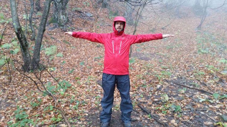 Yağmurlu havalarda doğada veya şehirde yürüyüş yapıyorum. Yağmurdan korunmak için de su geçirmez ceket arayışı içindeydim. Tabi bu arayışta gözüm The North Face ve Millet gibi büyük markaların üstündeydi. Bir kullanıcı önerisi ile büyük markalara göre daha ekonomik olan Regatta Allpeaks ceketi denedim.