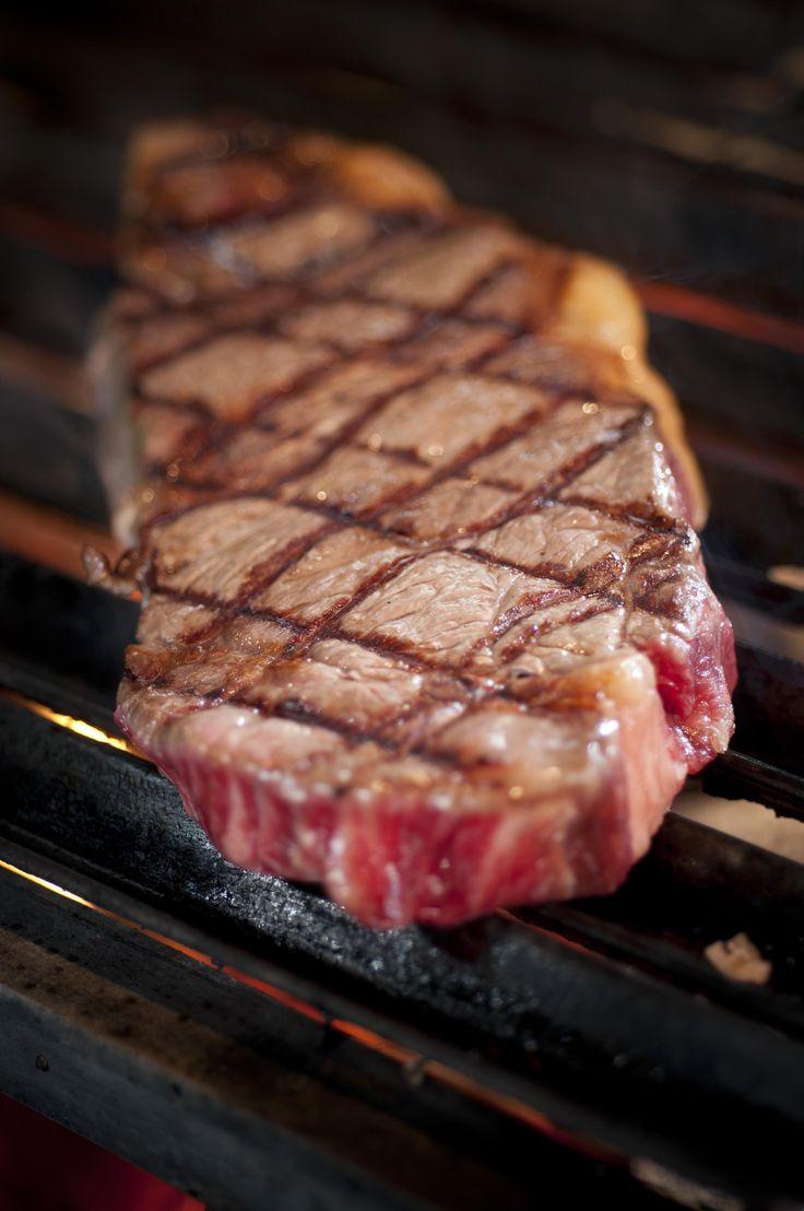 Espectacular carne roja a la brasa de @LaLeneraGO asada en la parrilla especial de leña de encina
