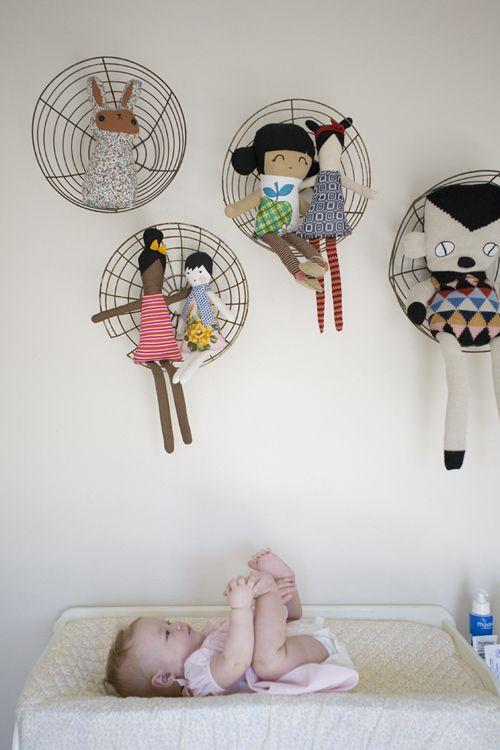 wire baskets hung like shelves... étagères avec des paniers en métal