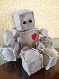 DIY tutorial for felt plushie robot