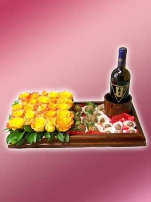 Hermoso y original arreglo floral hecho a base de 25 rosas en variedad de colores, 6 fresas al chocolate, 6 uvillas al chocolate, 6 uvas al chocolate, botella de vino.