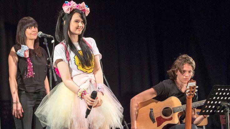 Jamie-Lee steht mit Musikern auf der Bühne der Deutschen Schule. © NDR/Rolf Klatt Fotograf: Rolf Klatt
