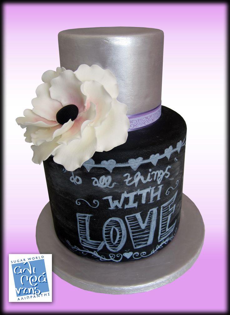 Chalkboard Wedding Flower Seminar από την Sugar World Αλιπράντης! Θα επικαλύψετε και θα διακοσμήσετε μια 2-όροφη ψεύτικη τούρτα με την τεχνική του μαυροπίνακα. Θα ολοκληρώσετε με τη δημιουργία ενός μεγάλου λουλουδιού από ζαχαρόπαστα! Το σεμινάριο θα πραγματοποιηθεί την Τρίτη 31 Μαΐου 2016