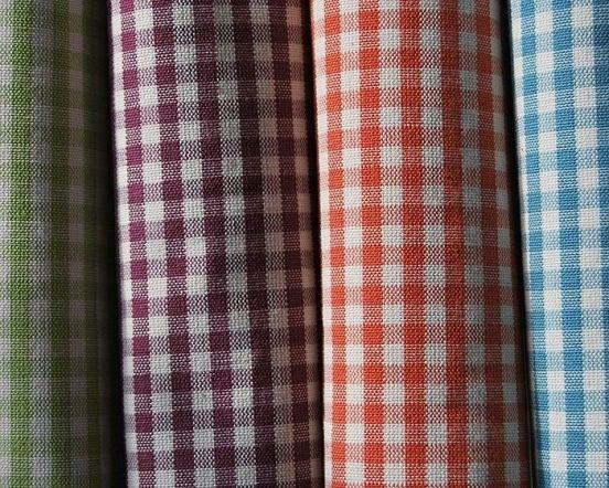 Клетка - один из трендов сезона. Сегодня в моде не только клетчатые рубашки, но и пиджаки, брюки, куртки, шарфы… Давайте разберемся как называются разичные виды к тканей в клетку. Самый знаменитой, пожалуй, является клетка Burberry. Официальный год рождения клетки – 1924.Тренчи, изобретенные Томасом Барберри, накануне Первой мировой войны очень быстро приобрели огромную популярность.