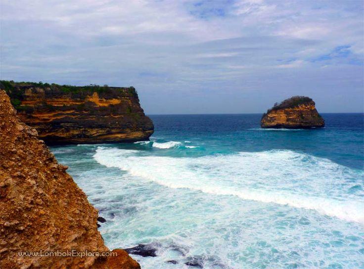 Tanjung Cina (Cina cape), East Lombok, Indonesia. Sebuah sumur air tawar di tebing laut (draw well water in sea cliff). For more information, please visit www.LombokExplore.com.