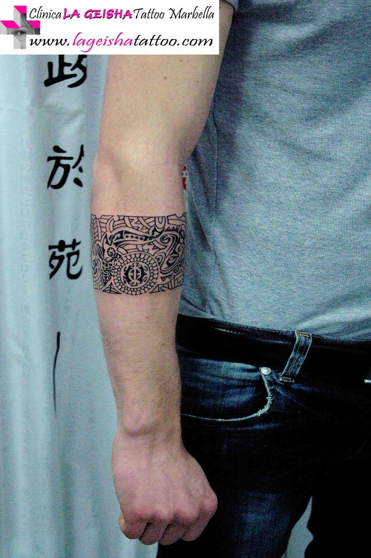 Elegante y exquisito tatuaje de brazalete artístico con ...