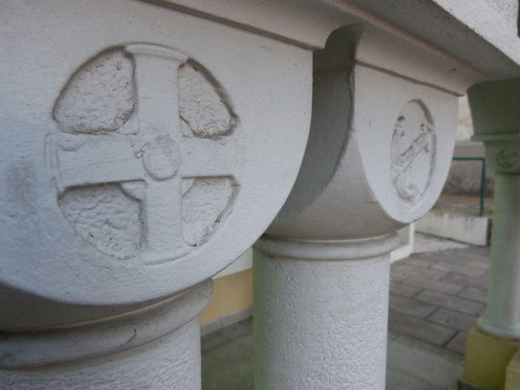 En esta foto detallamos algunos símbolos de la Iglesia como la cruz franciscana