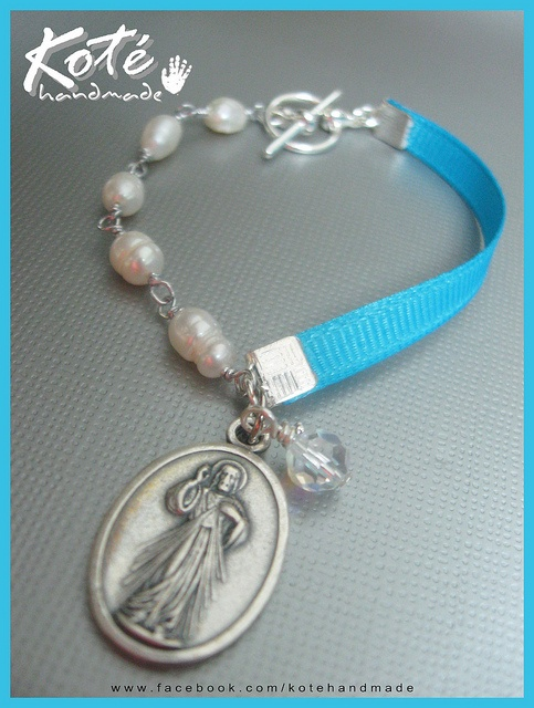 Ribbon & pearls bracelet with religious medal and crystal bead, great as favors for religious celebrations. www.facebook.com/kotehandmade