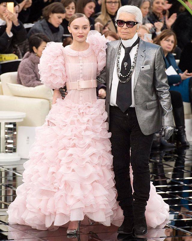 Modsat 'See-now-buy-now'-tendens kræver haute couture-tøj stadig både en tyk tegnebog og en stor tålmodighed og de benspænd dyrker de udvalgte få haute couture-skabere nu i en grad så der er tale om en næsten bizar eskapisme midt i en reality-tid.ELLEs Merete A. Baird Danmarks eneste haute couture-reporter har taget pulsen på S/S 2017 Haute Couture-kollektionerne i Paris - og du kan læse hendes anmeldelse i månedens ELLEFoto: All Over Press // Tekst: Merete A. Baird #ELLEjuni #hautecouture…