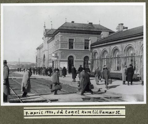 Dette er noen av flere upubliserte bilder som viser landets konge og regjering under flukten i april 1940.