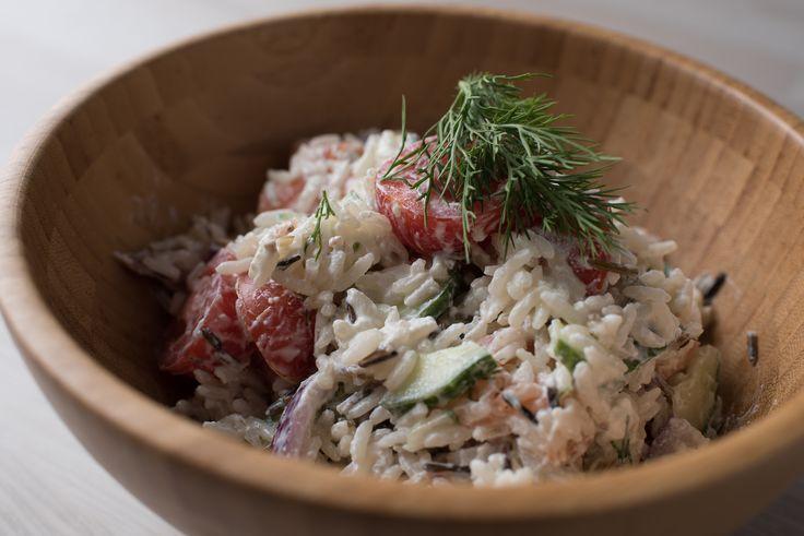 Wilde rijstsalade met zalm en komkommersaus