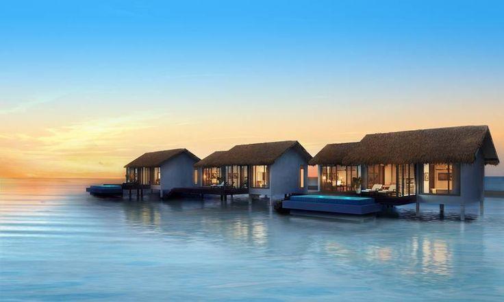 Barfuß-Luxus: Ab sofort sind die Malediven um eine Villenresort reicher, denn soeben hat auf der Insel Falhumaafushi das The Residence Maldives eröffnet und lockt mit einigen Angeboten zum sogenannten soft opening. Vor allem Taucher und Schnorchler kommen hier auf ihre Kosten, denn die Lagune ist teils bis zu 86 Korallenriff-Meter tief. Wer sich kosmetischer Wellness hingeben will, der wartet noch bis Juli, dann steht ein Spa von Clarins (auf Stelzen mitten im Wasser) zur Verfügung.