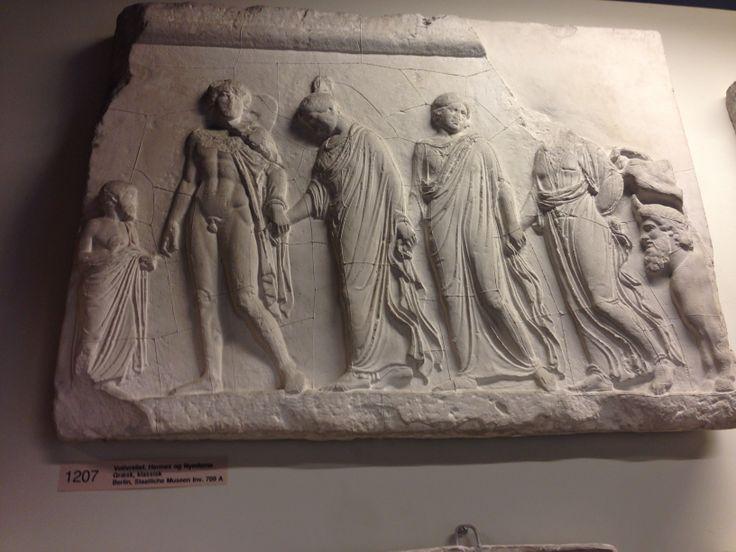 Votivrelief. Hermes og nymferne.  Græsk, klassisk.