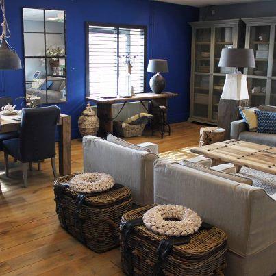 Blauw! Prachtige combinatie met de neutrale kleuren van de meubels. #hetkabinet #villaprovence #interieur #meubels #blauw #wonen