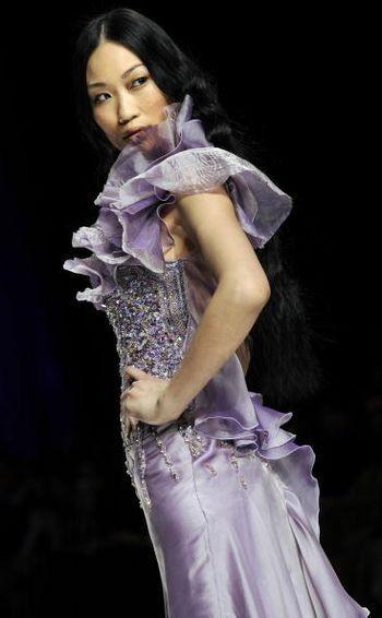 Коллекция женской одежды от ливанского дизайнера Абед Махфуз (Abed Mahfouz), представленная 29 января на показе мод в Риме. Фото: ANDREAS SOLARO/AFP/Getty