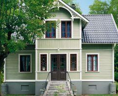 Grönt hus. Rött spröjs. Nockdetalj. Pardörr.