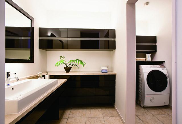 洗面コーナーと脱衣・洗濯スペースを分離したゆとりのユーティリティ。アイロン台やランドリーボックス、室内物干しなど、家事機能も充実。