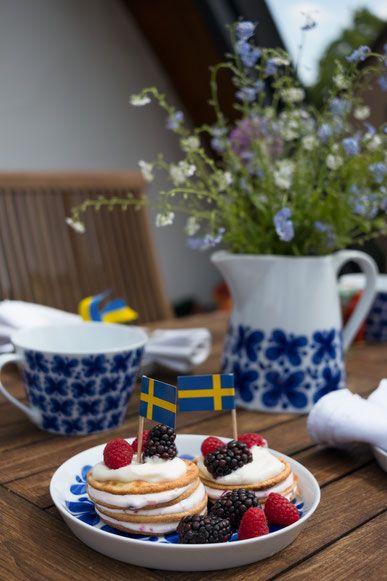 Eine sommerliche Rezept-Idee aus Schweden. Selbstgemachte Pancake Törtchen, ein einfaches Dessert für MIdsommar oder einfach für den Sommer. Mon Amie Service von Rörstrand