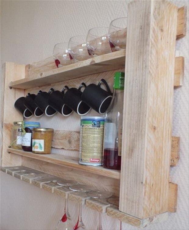 Кухонный подвесной шкаф для посуды своими руками фото и пошаговая инструкция по изготовлению из старой паллеты. DIY бюджетный декор маленькой кухни.