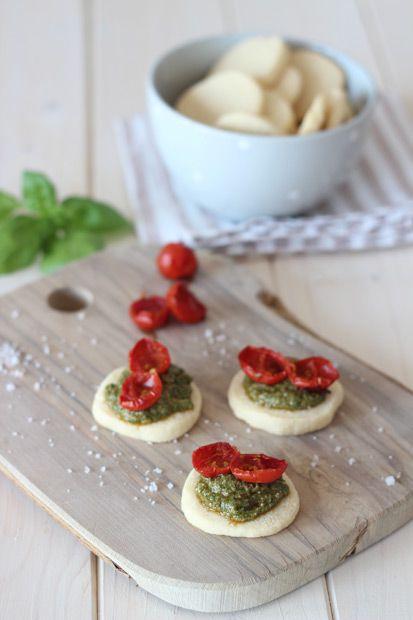 Biscotti al parmigiano con pesto e pomodori confit #MenudellaSettimanaCirio #Cirio #ricetta #recipe  #italianrecipe #cuoreitaliano