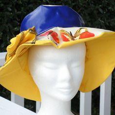 Chapeau de pluie en vinyle bleu et toile cirée  papillon doublé d'un coton jaune femme créateur lin'eva