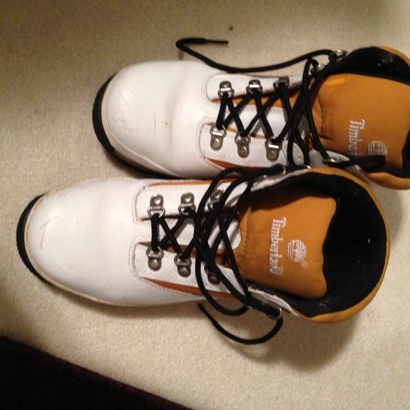 White @ tan leather timberlands Runs big can use a polish small scratch. Easy fix. Hits sz 7 foot Timberland Shoes Winter & Rain Boots