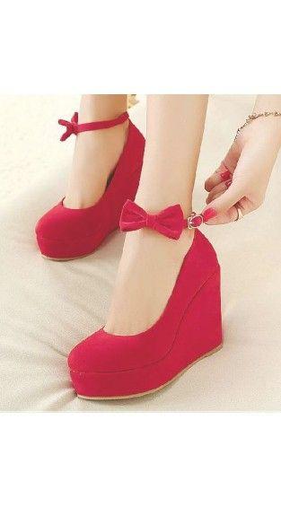 Hermoso zapatos rojo de plataforma con moño al frente muy sexy y a la moda para mujer.