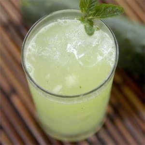 Agua de Pepino con Limón y Menta es una receta para preparar una bebida refrescante y nutritiva endulzada con miel de agave para acompañar nuestras comidas