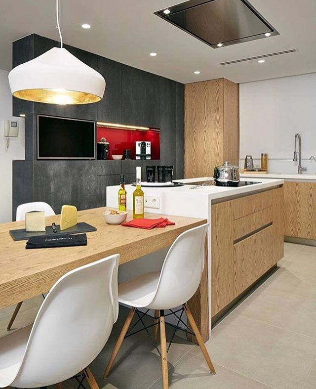 Moderno e contemporâneo esse espaço gourmet arrojado tem como destaque a  composição  da madeira e cimento queimado ..