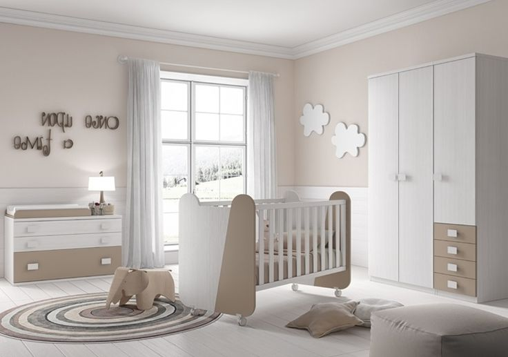 La chambre LILOU est très reposante pour un nouveau-né avec des tons blanc et terre. Elle contient un berceau sur roulettes, une grande armoire et une commode avec un matelas à langer