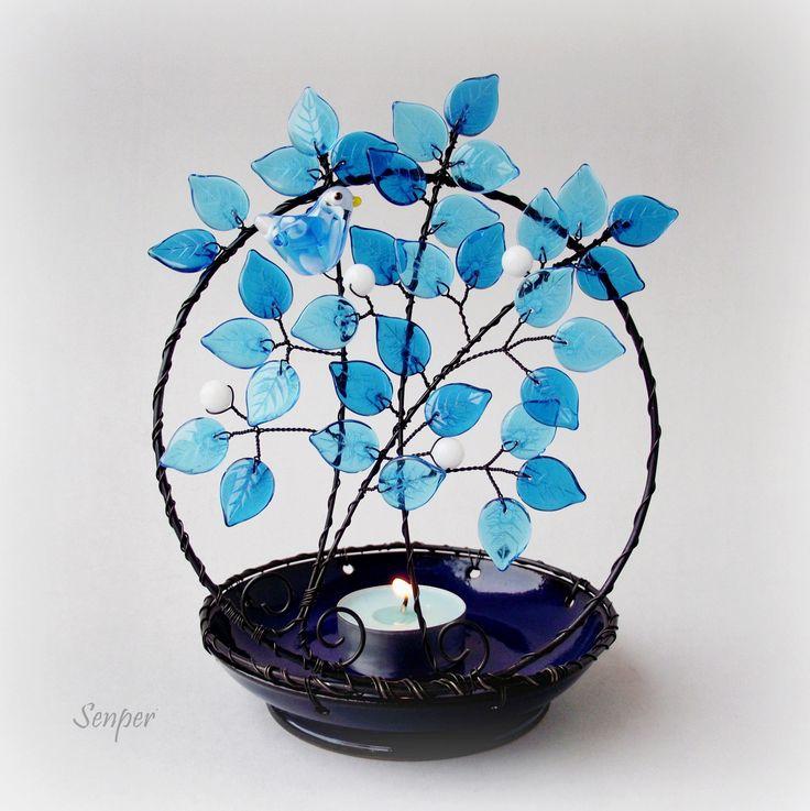 Zimní hnízdění Drátovaný svícen ( stínohra ) na čajovou svíčku z černého žíhaného drátu. Základem svícnu je tmavě modrá keramická miska od Ivuchas. Strom je zdoben skleněnými korálky v bílé barvě a skleněnými lístky ve dvou odstínech modré barvy. V koruně stromu sedí bílo - modrý skleněný vinutý ptáček odMANNAS materiál. Rozměry : výška cca 18 cm ( ...