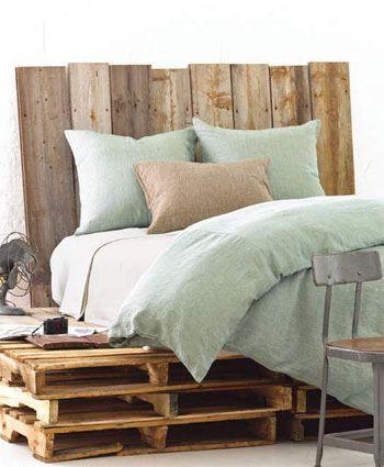Prachtig bed van pallets! Dat beddengoed in de kleur mintgroen is ook helemaal mijn smaak.